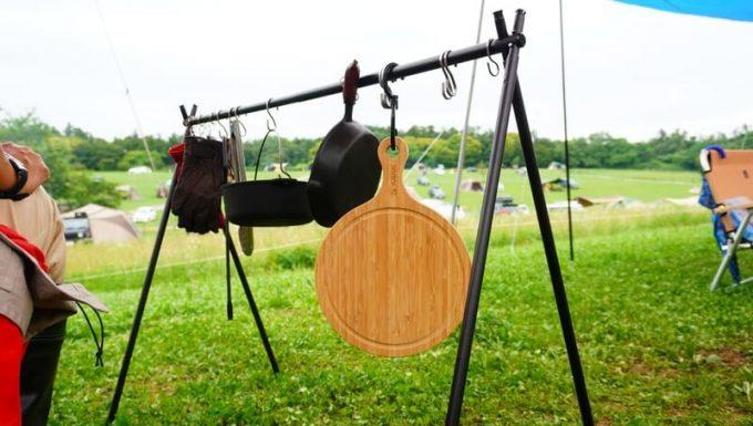 YOSHIKI 良木工房 竹製ピザボードを焚き火ハンガーに吊るす