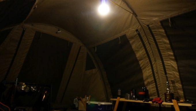 Blitzwolf 殺虫ライトでテントのリビングスペースに吊るす