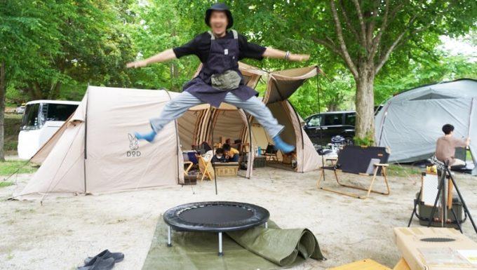 REDHiLLトランポリンで跳ぶ 男性大人