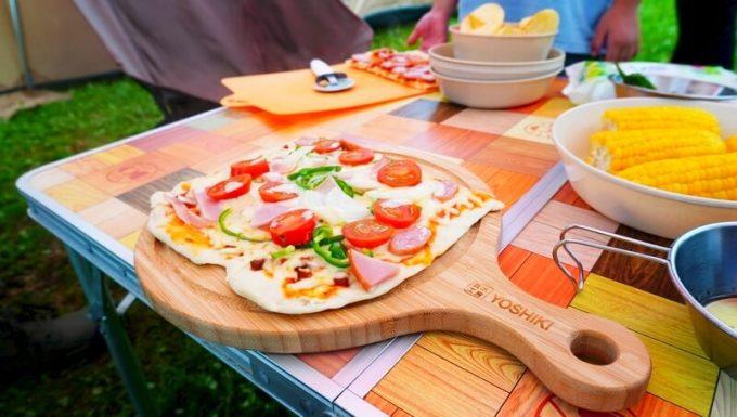 YOSHIKI 良木工房 竹製ピザボードにピザを乗せる