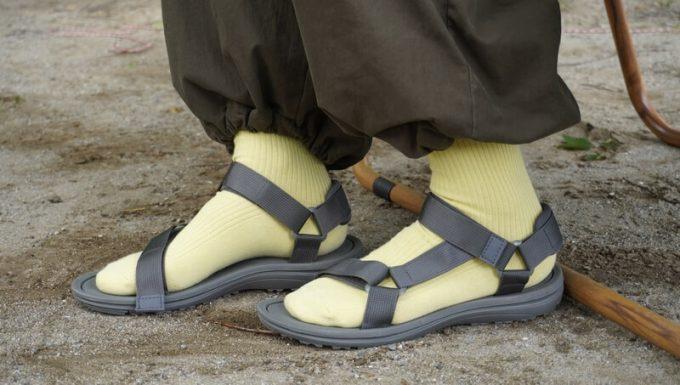 menueサンダルに靴下を合わせて