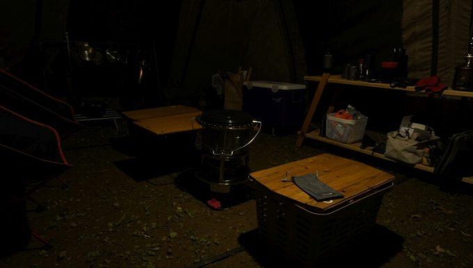 Blitzwolf 殺虫ライトでテントのリビングスペースを照らす