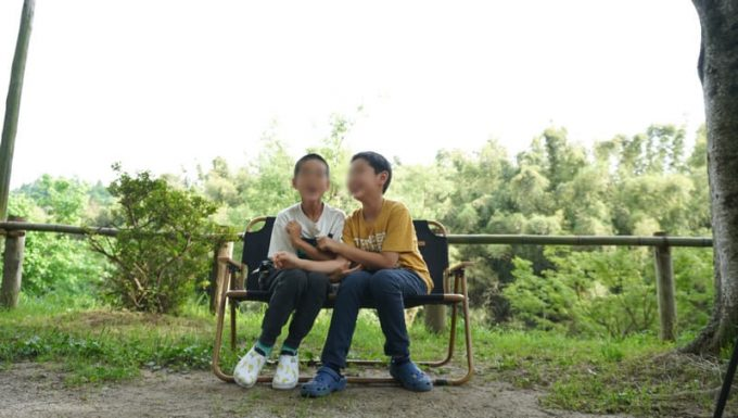 Naturehikeダブルフォールディングチェアに子供が2人座る