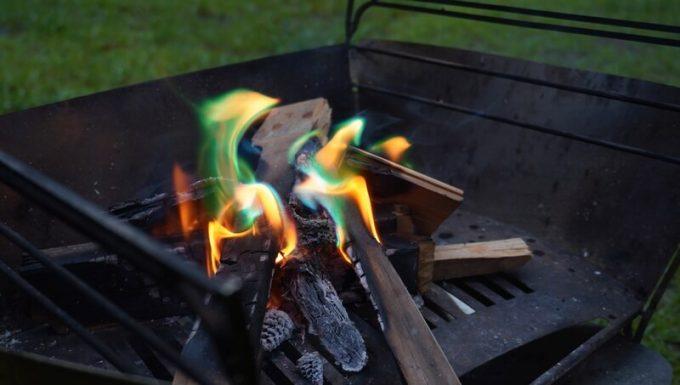 焚き火の炎の色がレインボーに変わる「炎神」の発色