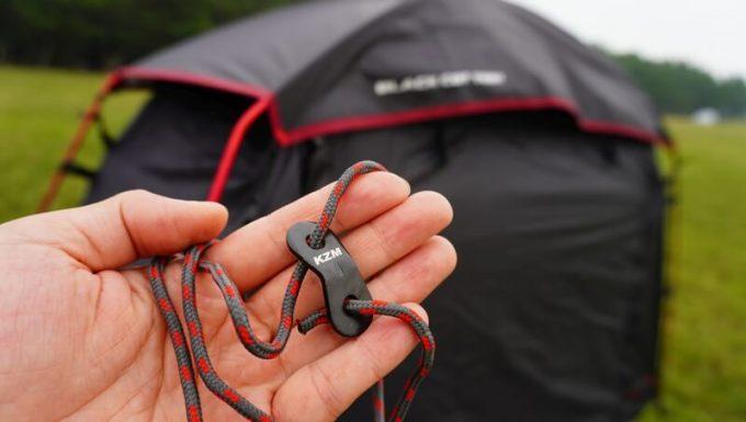 KAZUMI ブラックコットテントのガイロープはアルミ自在付き