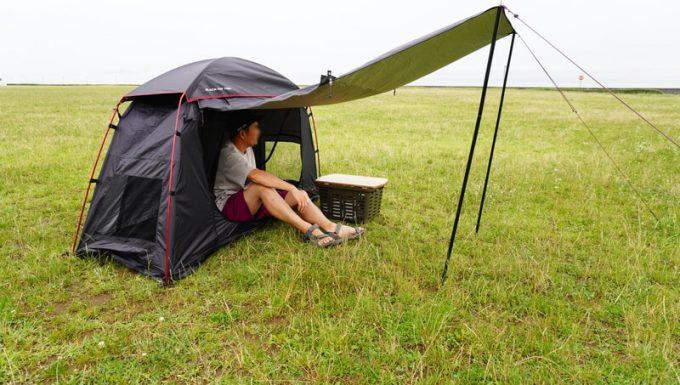 KAZUMI ブラックコットテントを地面に設営