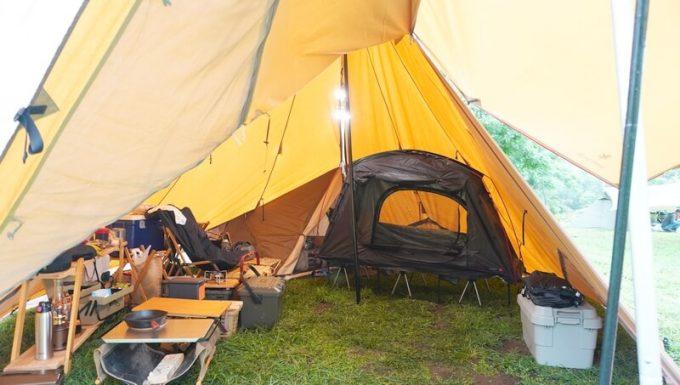 KAZUMI ブラックコットテントを大型テントに入れる