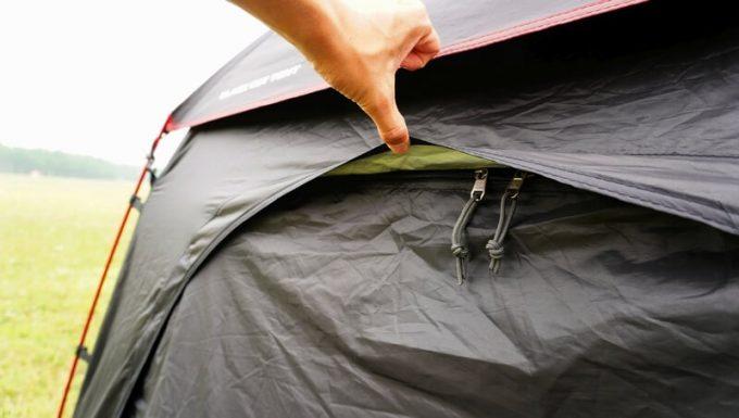 KAZUMI ブラックコットテントのジッパーの雨対策 後ろ