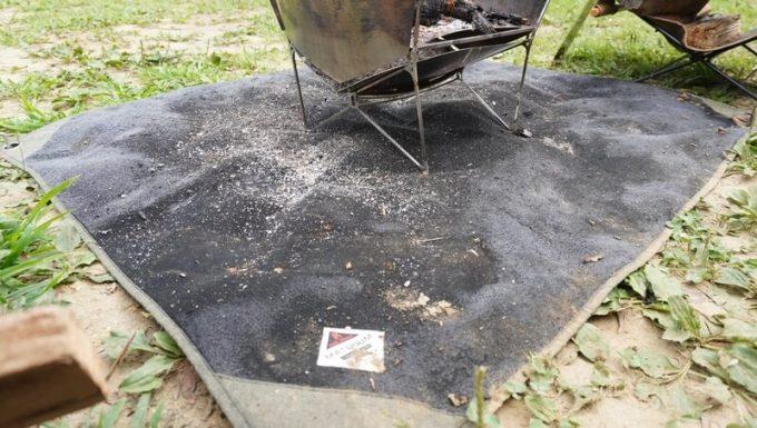 一晩使った焚き火シート MATERIUM SHEETの汚れ