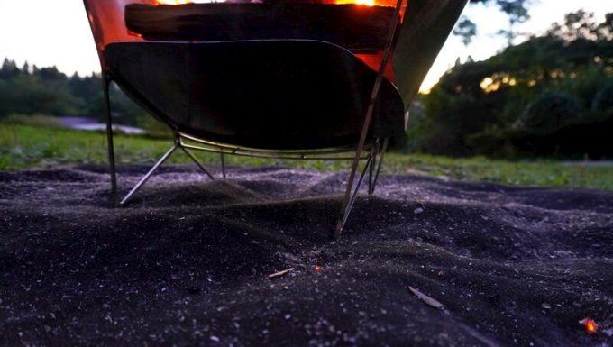 焚き火シート MATERIUM SHEETに落ちた火の粉