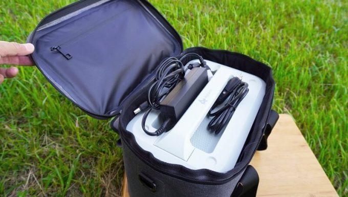 AlphaESSポータブル電源の収納バックに付属品を収納