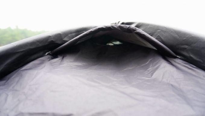KAZUMI ブラックコットテントの上部ベンチレーション横から