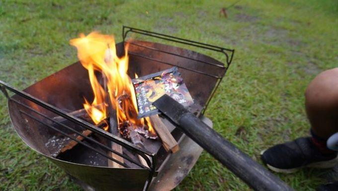 焚き火の炎の色がレインボーに変わる「炎神」を使う1