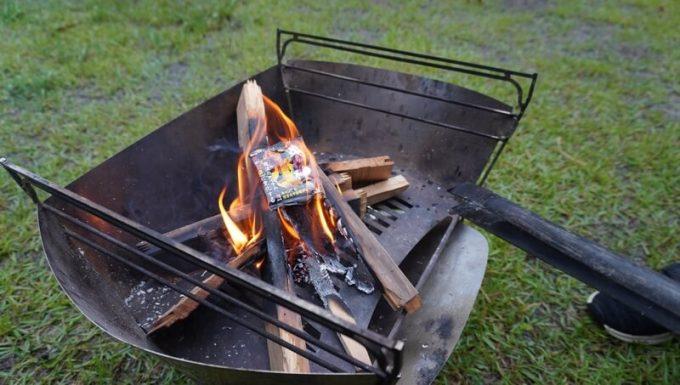焚き火の炎の色がレインボーに変わる「炎神」を使う2