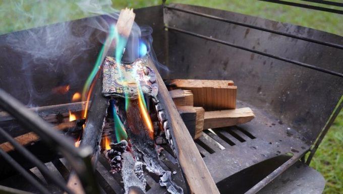 焚き火の炎の色がレインボーに変わる「炎神」を使う4