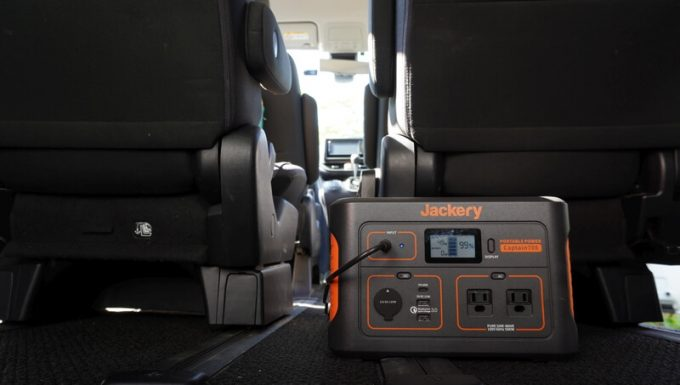 Jackeryポータブル電源708を車内で充電