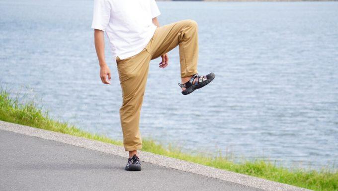 ナコタ nakota ライトウエイトパンツ ロクヨンクロスの動きやすさ 片足を上げる