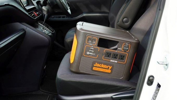 Jackeryポータブル電源1500(PTB152)を車の助手席に乗せたサイズ