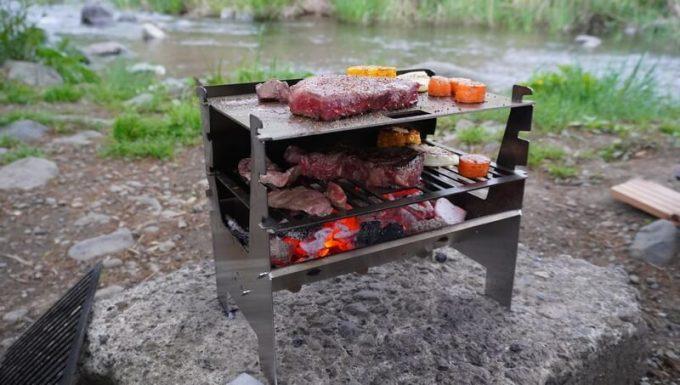 フェネックライトの鉄板でステーキを焼く