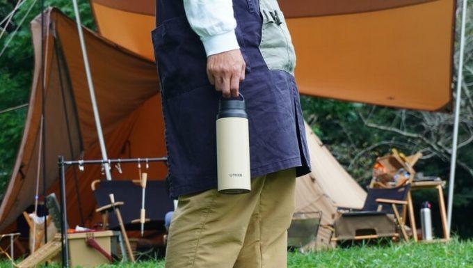 タイガーステンレスボトルを手に持つ テント前