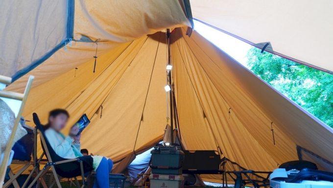 ナコタ×ストラッパー デイジーチェーンストラップをワンポールテントに吊るす