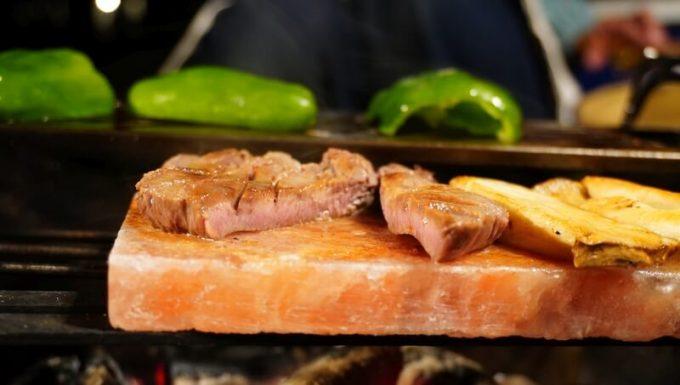 梅研本舗 ヒマラヤ岩塩プレートで焼いた牛タンの焼き加減
