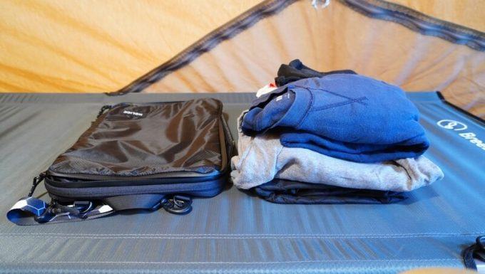 圧縮バッグ PackBag Lサイズで衣類を圧縮前