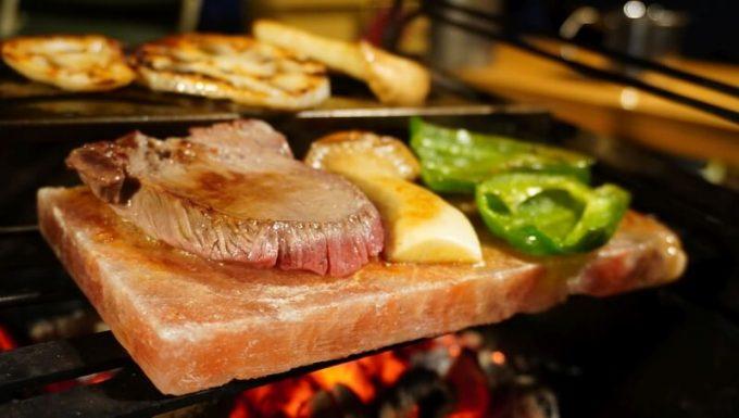 梅研本舗 ヒマラヤ岩塩プレートで焼く牛タン、エリンギ、ピーマン