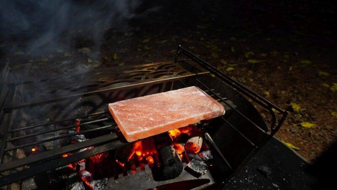 梅研本舗 ヒマラヤ岩塩プレートを炭火で予熱