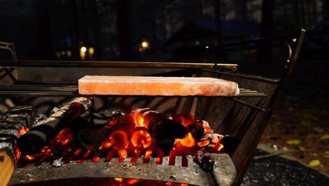 梅研本舗 ヒマラヤ岩塩プレートを炭火で予熱 横から