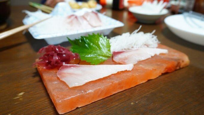 梅研本舗 ヒマラヤ岩塩プレートで刺身