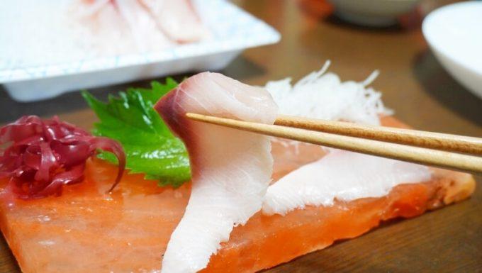 梅研本舗 ヒマラヤ岩塩プレートで味付けした刺身を食べる