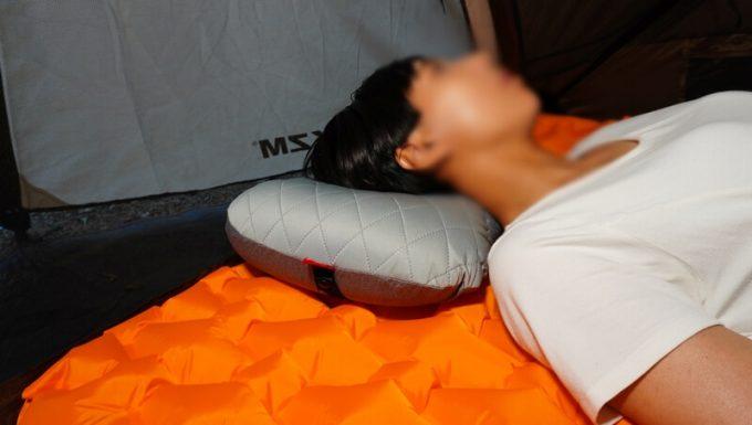 デルピコ(DELLEPICO)キャンプ枕に寝る 斜めから