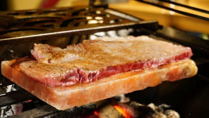 梅研本舗 ヒマラヤ岩塩プレートで焼くステーキの焼き具合