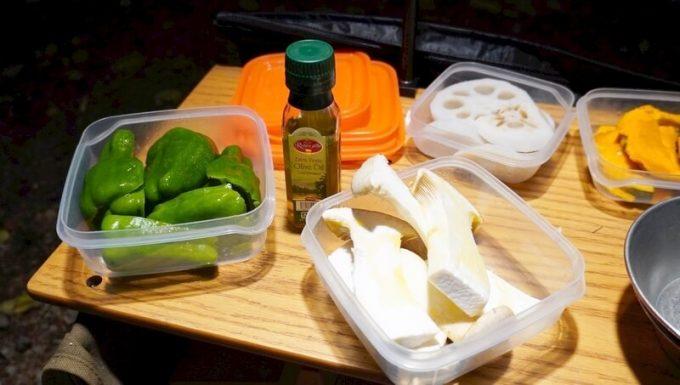 梅研本舗 ヒマラヤ岩塩プレートで調理する野菜にオリーブオイルを塗る