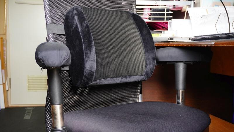 マイコンフォート 腰サポートクッションを仕事机に設置